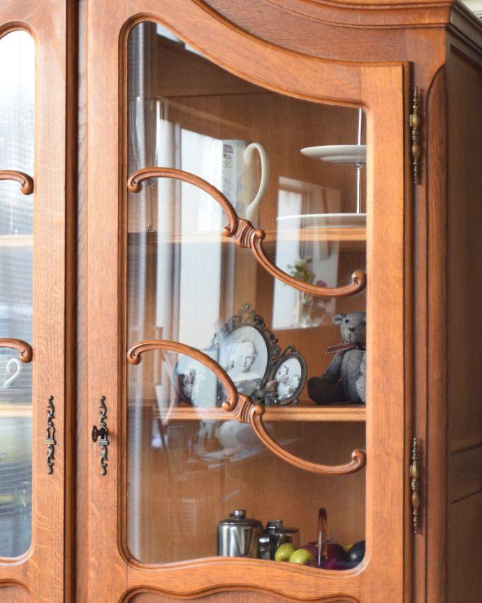 アンティークのキャビネット アンティーク家具 フランスから到着したアンティーク家具、繊細な彫りが美しいガラスキャビネット(食器棚)。ガラス扉の装飾も欠かせません。(j-1758-f)