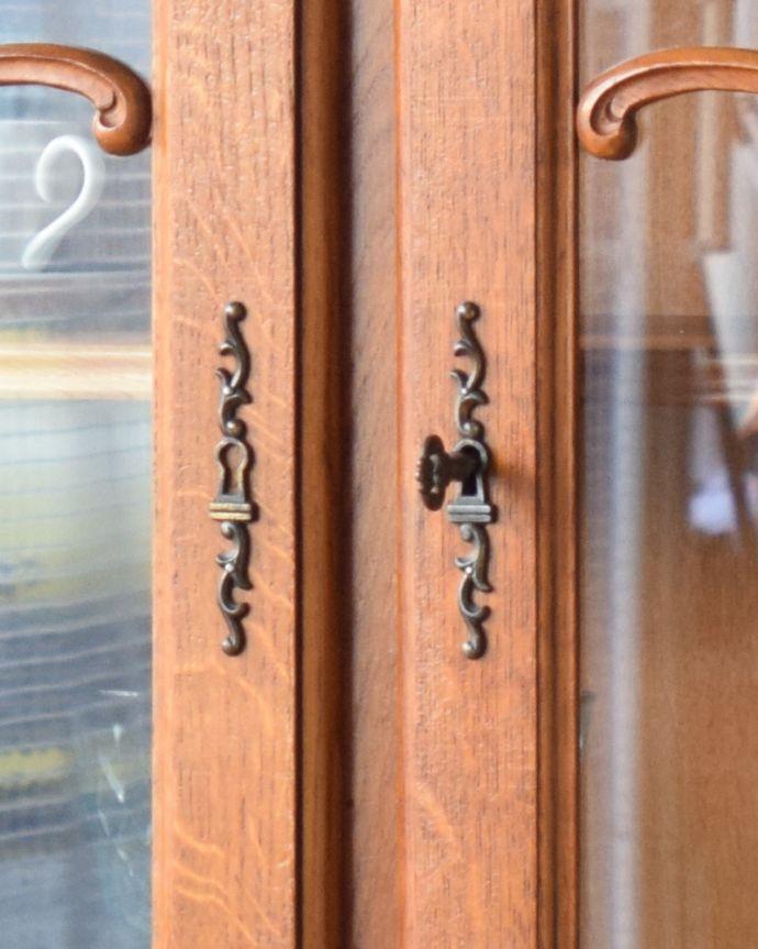 アンティークのキャビネット アンティーク家具 フランスから到着したアンティーク家具、繊細な彫りが美しいガラスキャビネット(食器棚)。扉の開閉には、アンティークの鍵を使います。(j-1758-f)