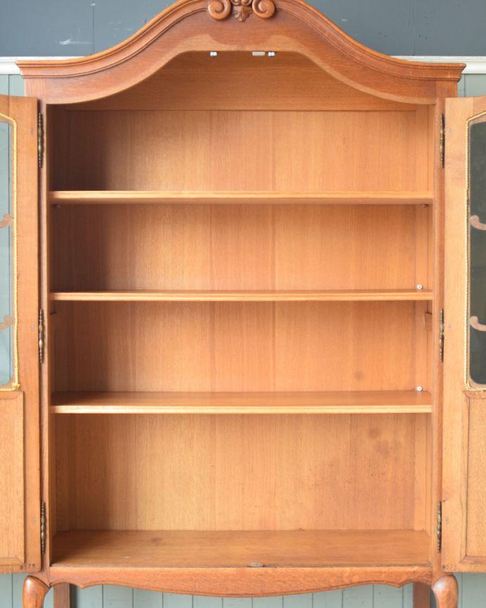 アンティークのキャビネット アンティーク家具 フランスから到着したアンティーク家具、繊細な彫りが美しいガラスキャビネット(食器棚)。扉内には、3枚の棚板が付いています。(j-1758-f)