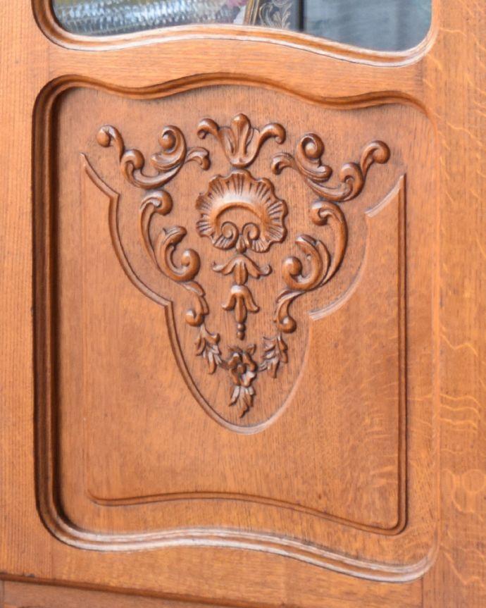 アンティークのキャビネット アンティーク家具 フランスから到着したアンティーク家具、繊細な彫りが美しいガラスキャビネット(食器棚)。扉の全面に丁寧な彫りが施されています。(j-1758-f)