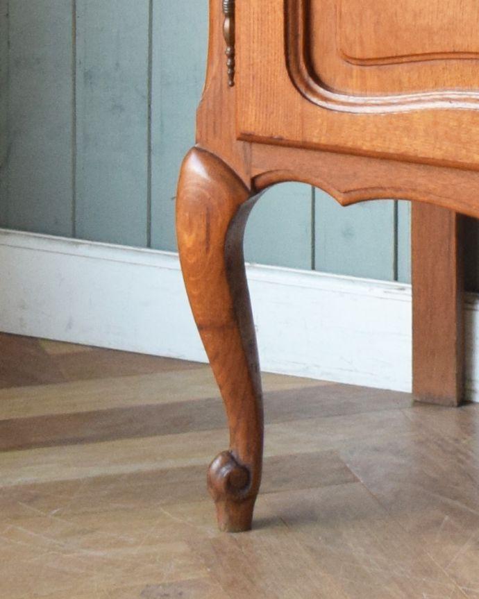 アンティークのキャビネット アンティーク家具 フランスから到着したアンティーク家具、繊細な彫りが美しいガラスキャビネット(食器棚)。脚も彫があって美しい形です。(j-1758-f)