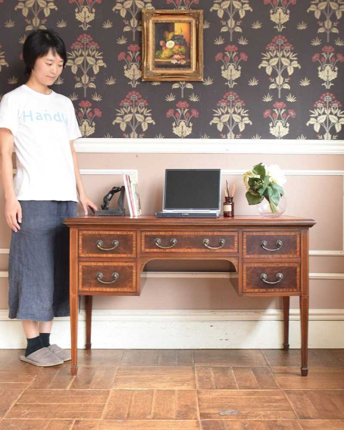 アンティークのデスク・書斎机 アンティーク家具 洗練されたマホガニー材の魅力なデスク(勉強机)、象嵌が美しいアンティーク英国家具。凛とした雰囲気が漂う上品なデスク象嵌が美しい高級なデスクは、スッキリとした直線的なデザインが特徴的。(j-1974-f)