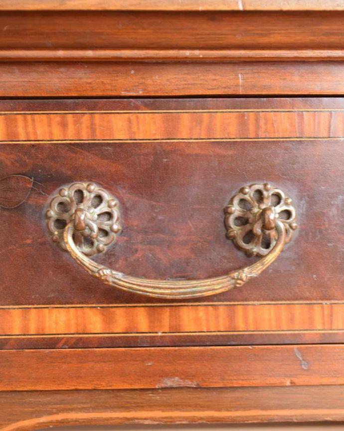 アンティークのデスク・書斎机 アンティーク家具 洗練されたマホガニー材の魅力なデスク(勉強机)、象嵌が美しいアンティーク英国家具。こんな場所もアンティークらしくアンティーク家具らしく取っ手のデザインも凝っていて美しいんです。(j-1974-f)