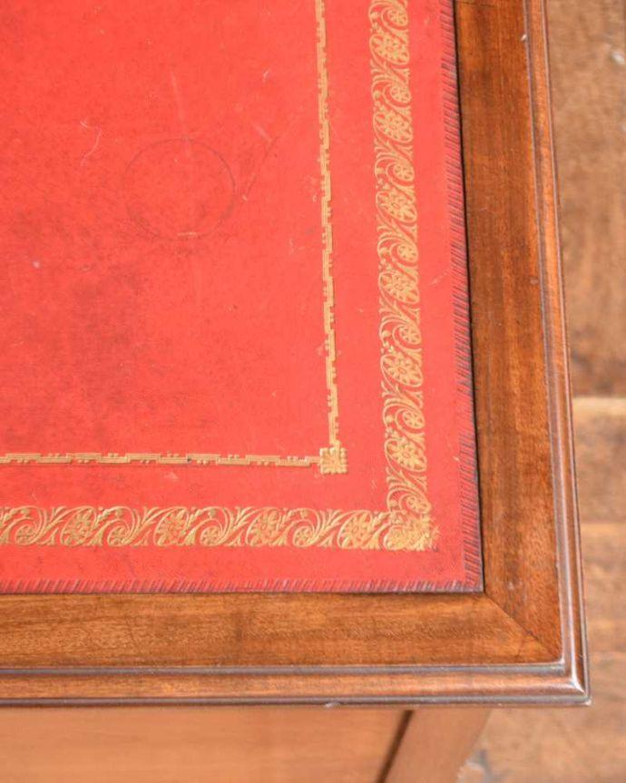 アンティークのデスク・書斎机 アンティーク家具 洗練されたマホガニー材の魅力なデスク(勉強机)、象嵌が美しいアンティーク英国家具。天板を近くから見ると・・・デスクは天板を使う家具なので、キレイにお直ししました。(j-1974-f)