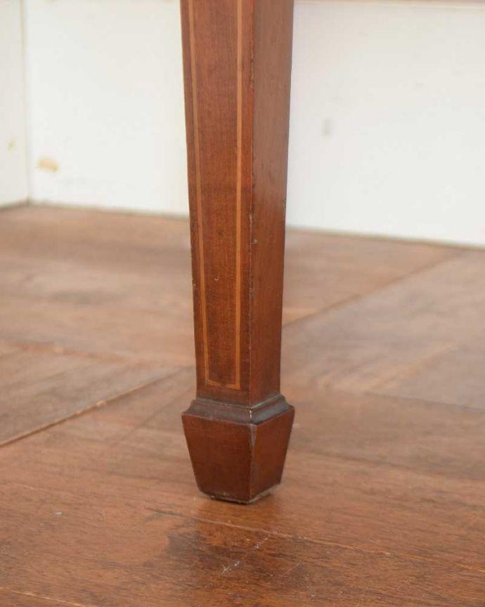アンティークのデスク・書斎机 アンティーク家具 洗練されたマホガニー材の魅力なデスク(勉強机)、象嵌が美しいアンティーク英国家具。女性1人でラクラク運べちゃう仕掛けHandleのアンティークは、脚の裏にフェルトキーパーをお付けしています。(j-1974-f)