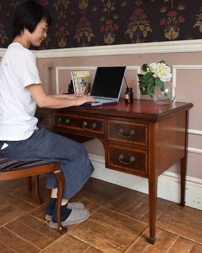 アンティークのデスク・書斎机 アンティーク家具 洗練されたマホガニー材の魅力なデスク(勉強机)、象嵌が美しいアンティーク英国家具。自分だけの時間をもっと優雅に・・・ちょっと贅沢な自分だけの場所。(j-1974-f)