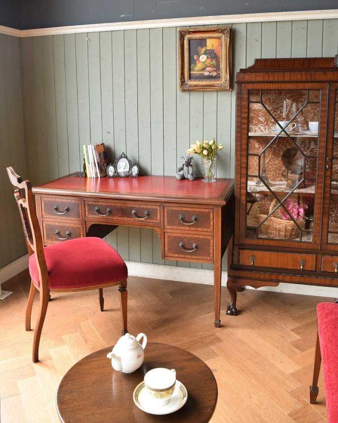 アンティークのデスク・書斎机 アンティーク家具 洗練されたマホガニー材の魅力なデスク(勉強机)、象嵌が美しいアンティーク英国家具。リビングの片隅でも存在感を放つ美しさちょっと空いているリビングのスペースに置いてみても、美しすぎるデザインに目が惹かれます。(j-1974-f)