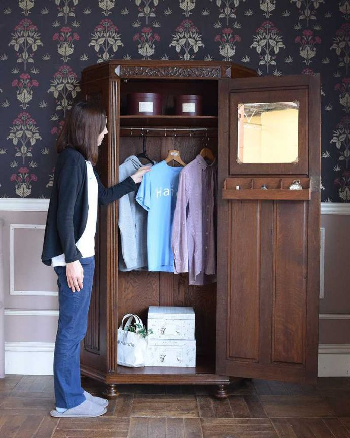 アンティークのキャビネット アンティーク家具 イギリス輸入のアンティーク家具、豪華な彫りの入ったワードローブ 。今日は何を着ようかな?お出かけ前のひとときも、このワードローブがあれば、さらに楽しい時間になります。(j-2065-f)