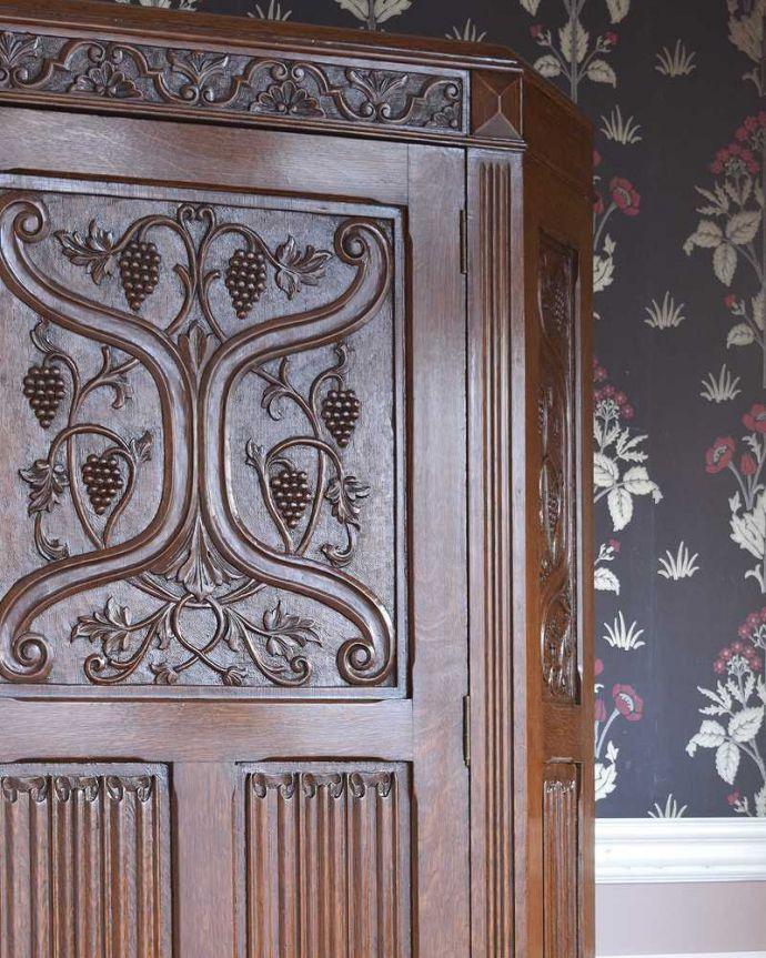アンティークのキャビネット アンティーク家具 イギリス輸入のアンティーク家具、豪華な彫りの入ったワードローブ 。アンティークらしい装飾が魅力サイズの大きい家具だからこそ、やっぱり美しい装飾がアンティークの魅力。(j-2065-f)