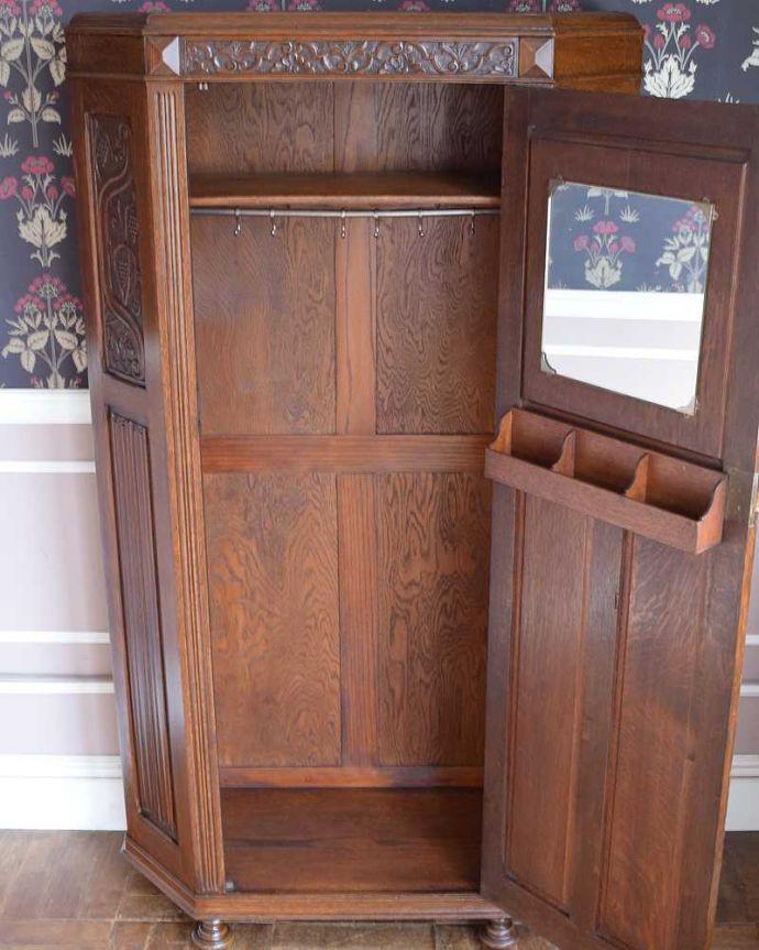 アンティークのキャビネット アンティーク家具 イギリス輸入のアンティーク家具、豪華な彫りの入ったワードローブ 。扉を開けて中を見ると・・・こんな感じで、たっぷり収納できます。(j-2065-f)