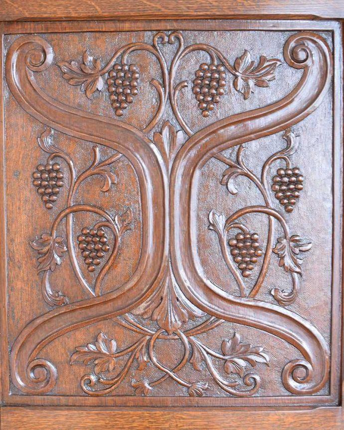 アンティークのキャビネット アンティーク家具 イギリス輸入のアンティーク家具、豪華な彫りの入ったワードローブ 。扉を彩る装飾やっぱり魅力は扉の装飾。(j-2065-f)