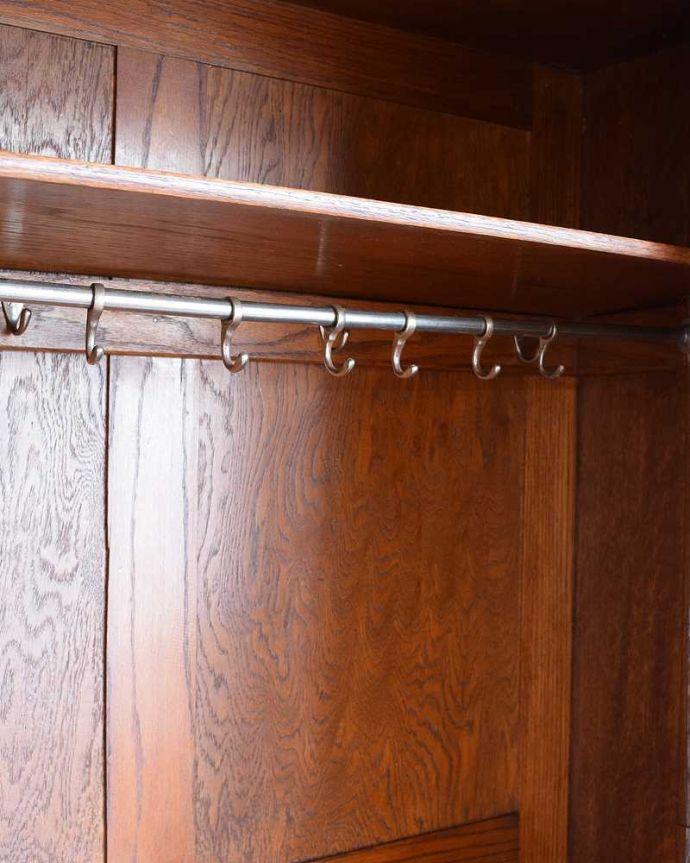 アンティークのキャビネット アンティーク家具 イギリス輸入のアンティーク家具、豪華な彫りの入ったワードローブ 。お洋服を掛ける場所ポールが付いているので、ここにハンガーを掛けてください。(j-2065-f)