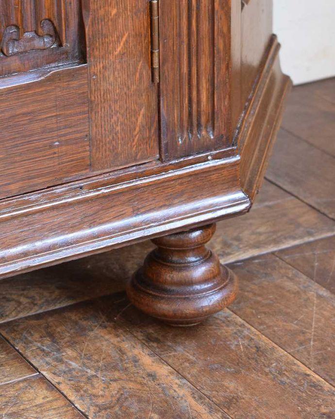 アンティークのキャビネット アンティーク家具 イギリス輸入のアンティーク家具、豪華な彫りの入ったワードローブ 。女性でも運べちゃう理由は・・・Handleのアンティークは、脚の裏にフェルトキーパーをお付けしていますので、重い家具でも床を滑らせて移動出来ます。(j-2065-f)