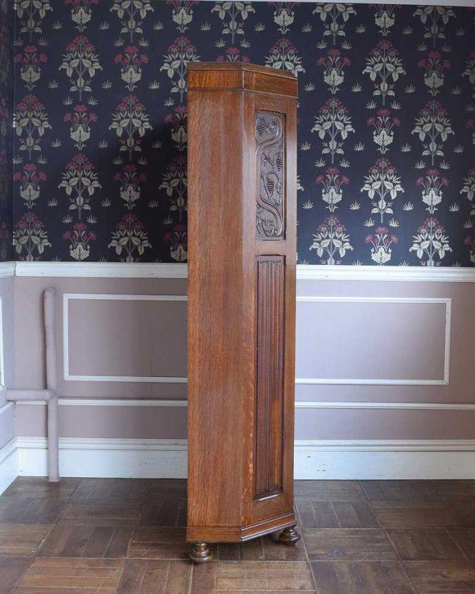アンティークのキャビネット アンティーク家具 イギリス輸入のアンティーク家具、豪華な彫りの入ったワードローブ 。横から見た姿もステキ正面だけじゃなく横から見るとこんな感じです。(j-2065-f)