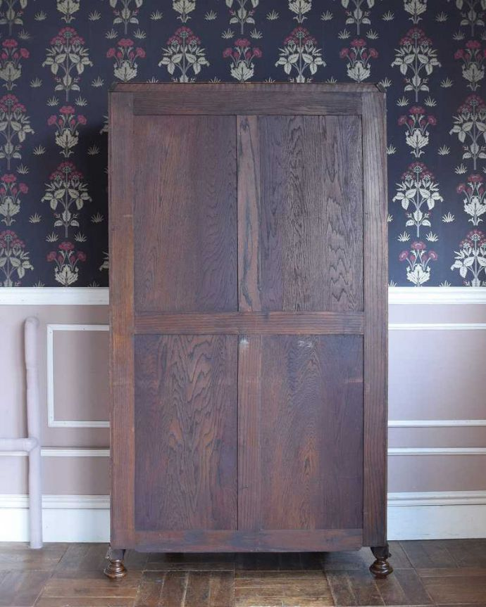 アンティークのキャビネット アンティーク家具 イギリス輸入のアンティーク家具、豪華な彫りの入ったワードローブ 。実は後ろ姿もキレイなんです。(j-2065-f)