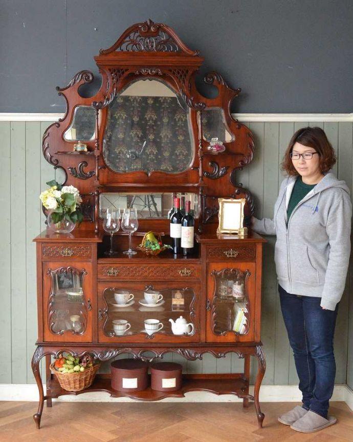 アンティーク家具 芸術品のように美しく豪華なアンティーク家具、本格英国アンティークを楽しむパーラーキャビネット。見た人みんなを魅了するパーラーキャビネットこれこそアンティーク家具の極みとも言えるパーラーは、目で見て楽しむための家具。(j-2172-f)