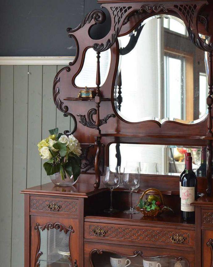 アンティーク家具 芸術品のように美しく豪華なアンティーク家具、本格英国アンティークを楽しむパーラーキャビネット。キラッと輝くミラーまだ電気が発達していない時代の家具。(j-2172-f)