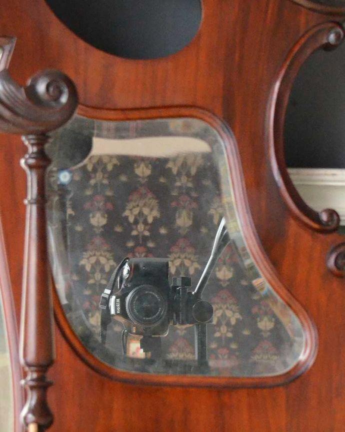 アンティーク家具 芸術品のように美しく豪華なアンティーク家具、本格英国アンティークを楽しむパーラーキャビネット。小さいミラーも付いています棚の奥を見ると、小さいミラーが。(j-2172-f)