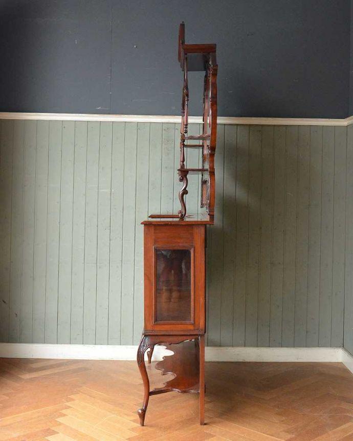 アンティーク家具 芸術品のように美しく豪華なアンティーク家具、本格英国アンティークを楽しむパーラーキャビネット。横から見ても美しい至る所に施された装飾の美しさ。(j-2172-f)
