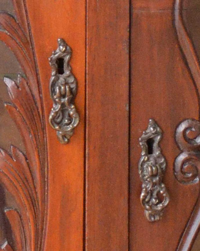 アンティーク家具 芸術品のように美しく豪華なアンティーク家具、本格英国アンティークを楽しむパーラーキャビネット。取っ手まで美しい最上級のアンティークらしく取っ手のデザインも美しいんです。(j-2172-f)