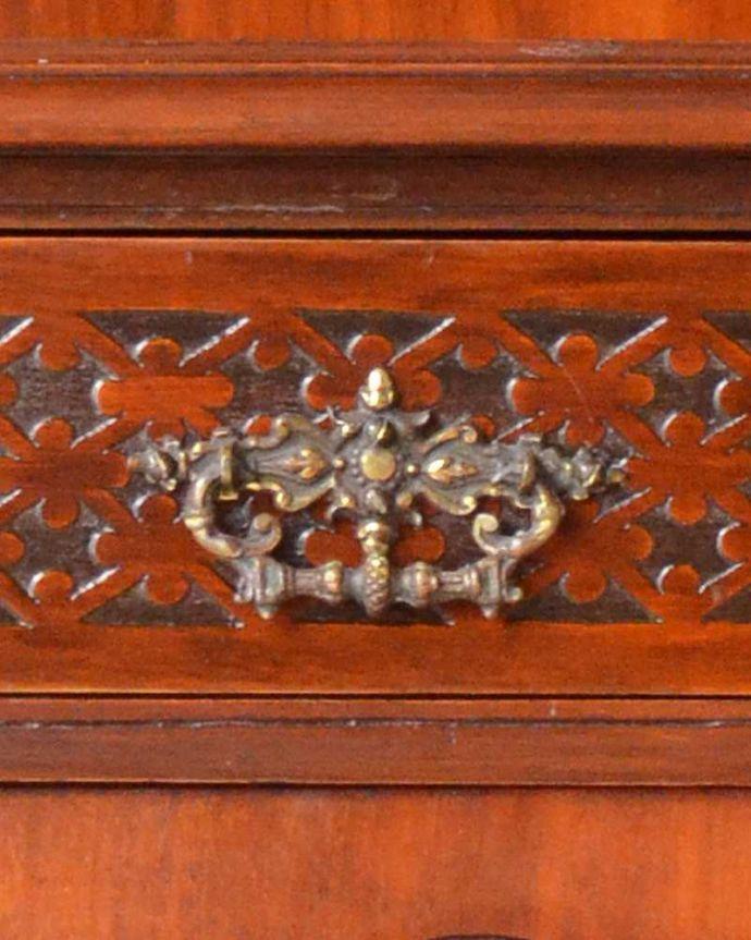 アンティーク家具 芸術品のように美しく豪華なアンティーク家具、本格英国アンティークを楽しむパーラーキャビネット。引き出しの取っ手は目立たないようにこっそり。(j-2172-f)