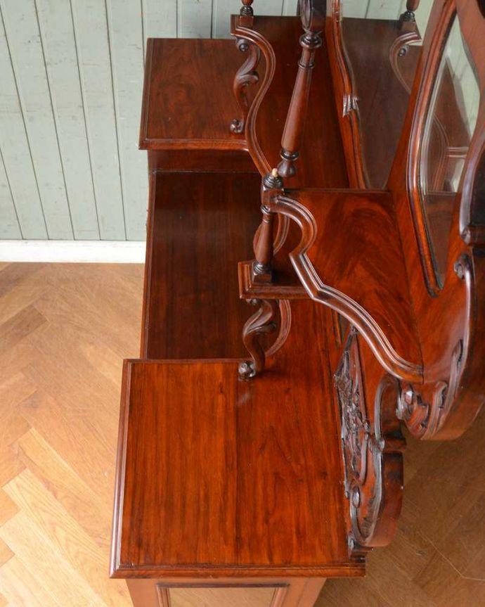 アンティーク家具 芸術品のように美しく豪華なアンティーク家具、本格英国アンティークを楽しむパーラーキャビネット。天板もキレイに仕上げました。(j-2172-f)