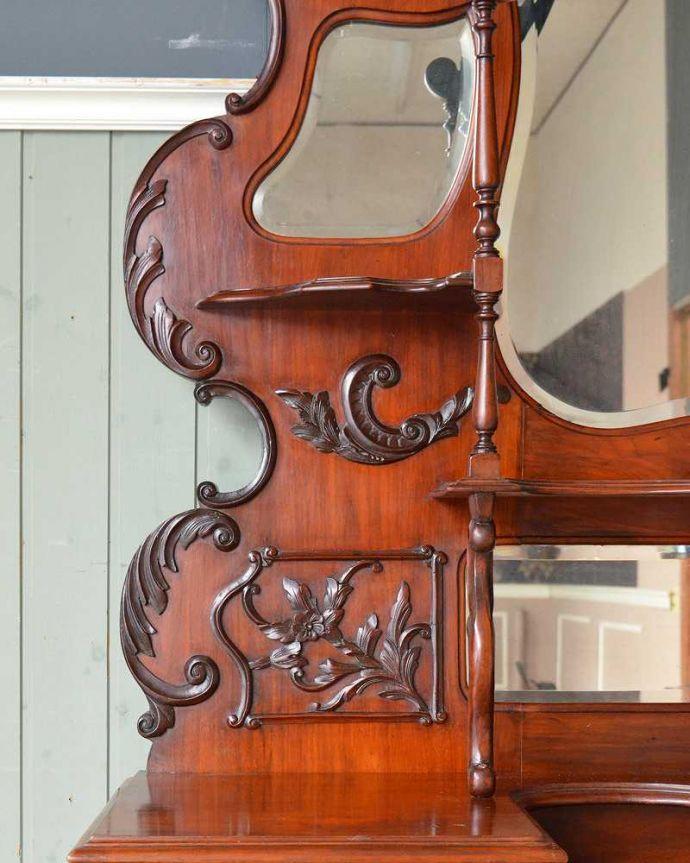 アンティーク家具 芸術品のように美しく豪華なアンティーク家具、本格英国アンティークを楽しむパーラーキャビネット。ミラー脇の支柱にもこだわって細かい部分までかなりこだわって彫が入っています。(j-2172-f)