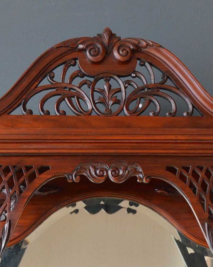 アンティーク家具 芸術品のように美しく豪華なアンティーク家具、本格英国アンティークを楽しむパーラーキャビネット。トップには透かし彫り機械の発達していない時代に、どうやってカットしたんでしょう?美しい透かし彫りです。(j-2172-f)