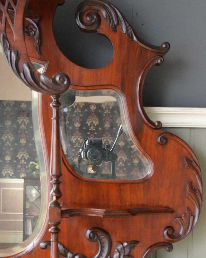 アンティーク家具 芸術品のように美しく豪華なアンティーク家具、本格英国アンティークを楽しむパーラーキャビネット。ミラーの周りを飾る装飾細かい彫の入ったミラー周りの装飾。(j-2172-f)