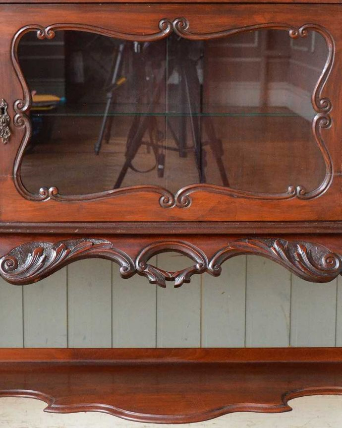 アンティーク家具 芸術品のように美しく豪華なアンティーク家具、本格英国アンティークを楽しむパーラーキャビネット。ここにも透かし彫り芸術作品のようなデザインに思わずうっとりしてしまいます。(j-2172-f)