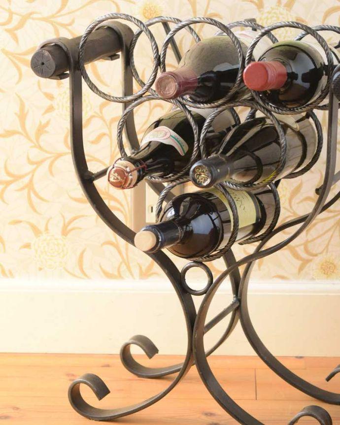 アンティーク家具 持ち運びもしやすいフランスからのアンティークマガジンラック(ワインラック)。丸い輪の部分にボトルがピッタリ!ワインを飲む方も飲まない方も、お洒落なデザインのワインラックがお部屋の中にあるだけで、なんだかワクワクです。(j-2349-f)