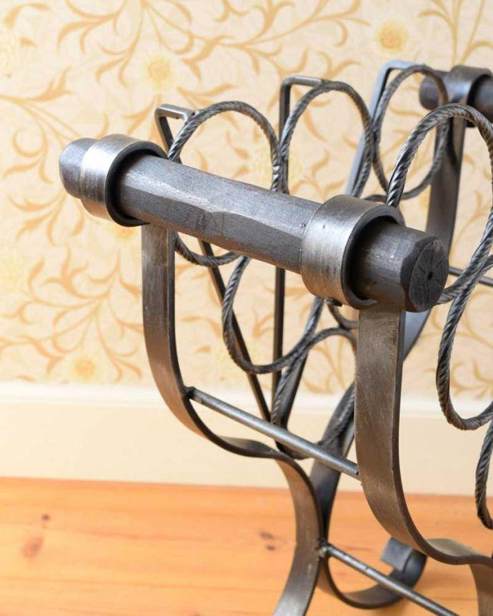アンティーク家具 持ち運びもしやすいフランスからのアンティークマガジンラック(ワインラック)。持ち手が付いています取っ手もアンティークらしいデザイン。(j-2349-f)