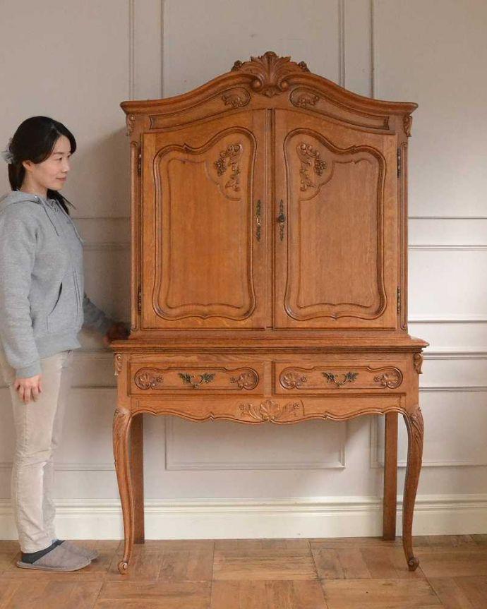 アンティークのキャビネット アンティーク家具 フランスから届いた優雅なアンティーク家具、スラっと脚の長いキャビネット。美しく優雅な雰囲気が漂うフランスらしいキャビネット誰が見ても女性らしいフォルムと美しい彫が自慢のキャビネット。(j-2378-f)