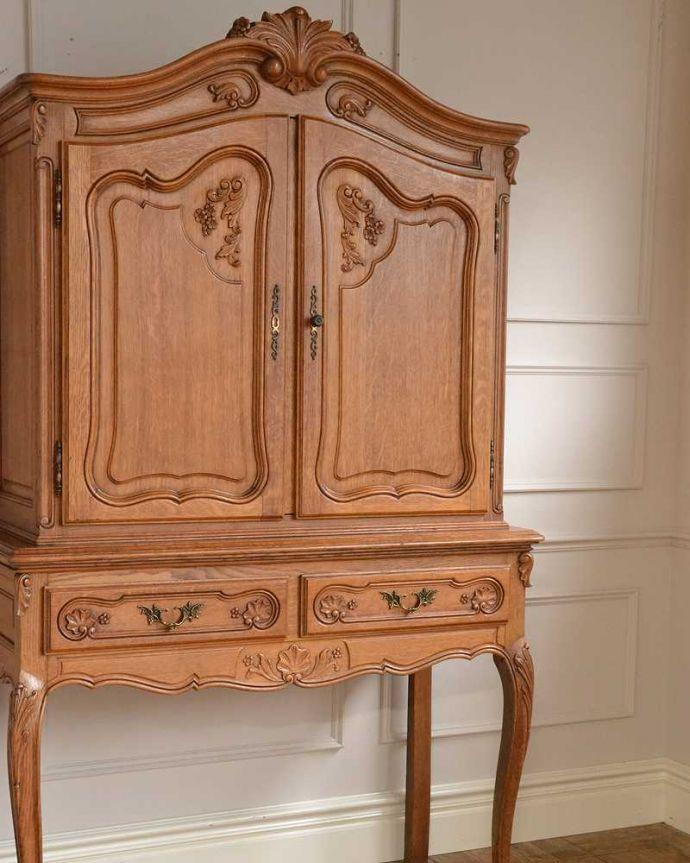 アンティークのキャビネット アンティーク家具 フランスから届いた優雅なアンティーク家具、スラっと脚の長いキャビネット。扉にはフランスらしく美しい彫真っ先に目に飛び込んでくる扉に施された彫はずっと眺めていたいくらいの美しさ。(j-2378-f)