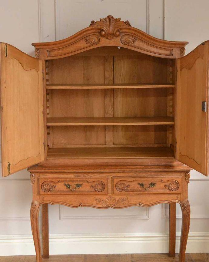 アンティークのキャビネット アンティーク家具 フランスから届いた優雅なアンティーク家具、スラっと脚の長いキャビネット。扉を開けて中を見ると・・・もちろん見た目だけではありません。(j-2378-f)