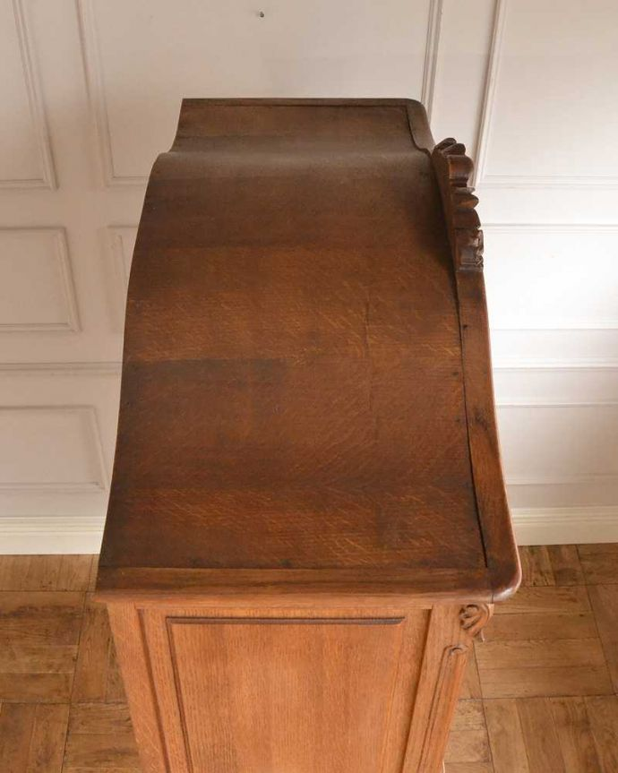 アンティークのキャビネット アンティーク家具 フランスから届いた優雅なアンティーク家具、スラっと脚の長いキャビネット。上から見てみると・・・もちろん、上から見てもキレイです。(j-2378-f)