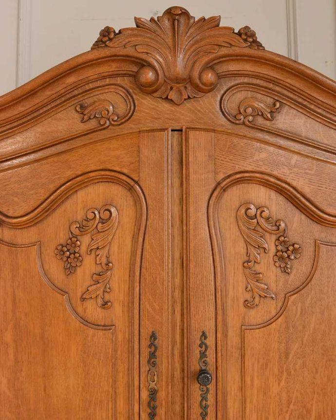 アンティークのキャビネット アンティーク家具 フランスから届いた優雅なアンティーク家具、スラっと脚の長いキャビネット。フランスらしい彫りフランスらしさの象徴とも言える、優雅な彫りの装飾。(j-2378-f)