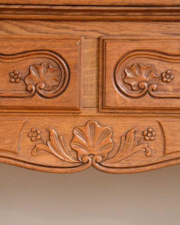 アンティークのキャビネット アンティーク家具 フランスから届いた優雅なアンティーク家具、スラっと脚の長いキャビネット。じっくり選んできました買い付けの時、納得するまで探し続けた彫のデザイン。(j-2378-f)