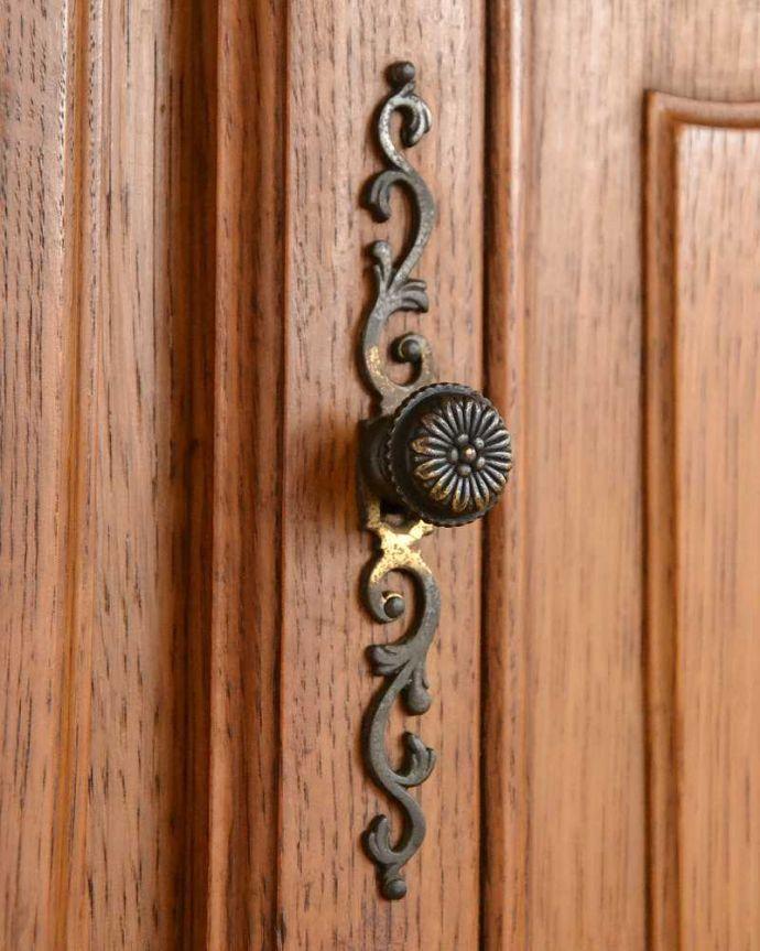 アンティークのキャビネット アンティーク家具 フランスから届いた優雅なアンティーク家具、スラっと脚の長いキャビネット。こんな場所にもフランスらしさフランスらしく凝ったデザインの繊細な装飾は取っ手にまで施されています。(j-2378-f)