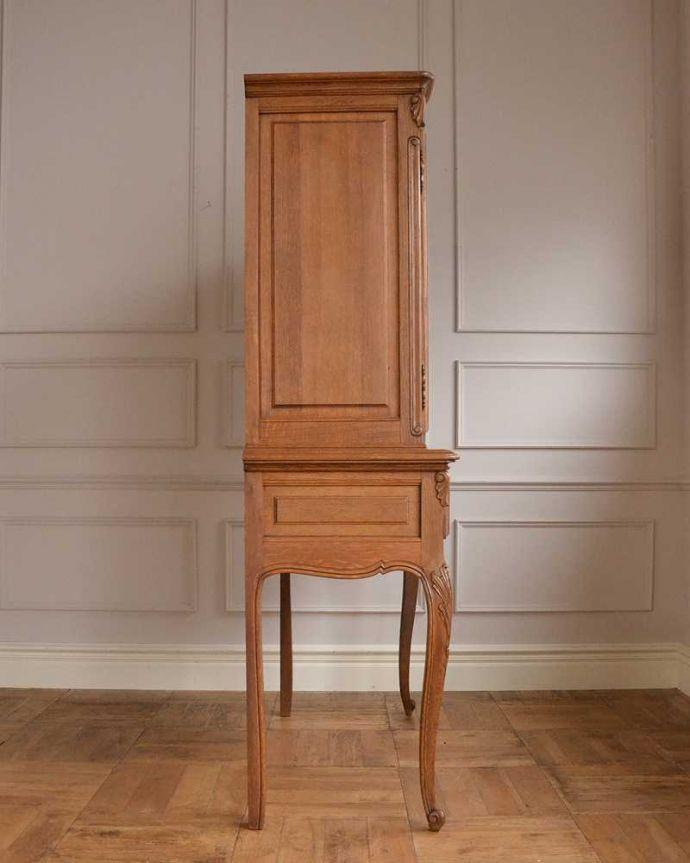アンティークのキャビネット アンティーク家具 フランスから届いた優雅なアンティーク家具、スラっと脚の長いキャビネット。横顔だって・・・どこから見られても美しいことを意識して、正面だけじゃなく横から見ても美しいんです。(j-2378-f)