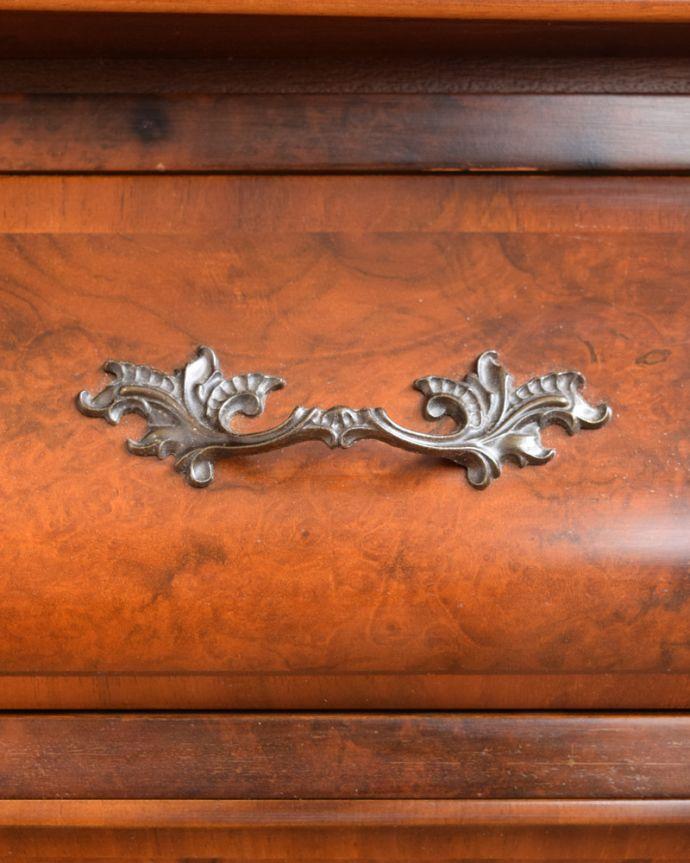 アンティーク家具 南フランスの優雅なアンティーク家具、高級材を使用した3段チェスト(コモード) 。開ける度にワクワクする取っ手フランスらしい優雅なデザインは取っ手にも。(j-2388-f)