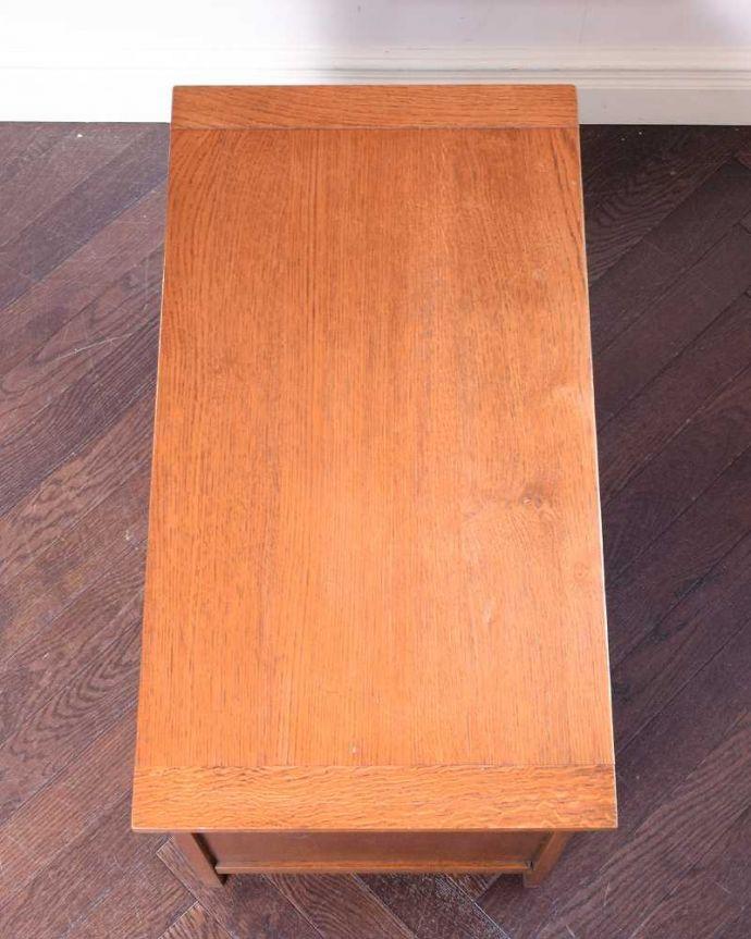 ブランケットボックス・収納ボックス アンティーク家具 ベンチやテーブルとしても使える小さなコファ、英国アンティーク家具。天板もピカピカに仕上げました一番目立つ場所だから、修復の時、天板もキレイに仕上げました。(j-2430-f)