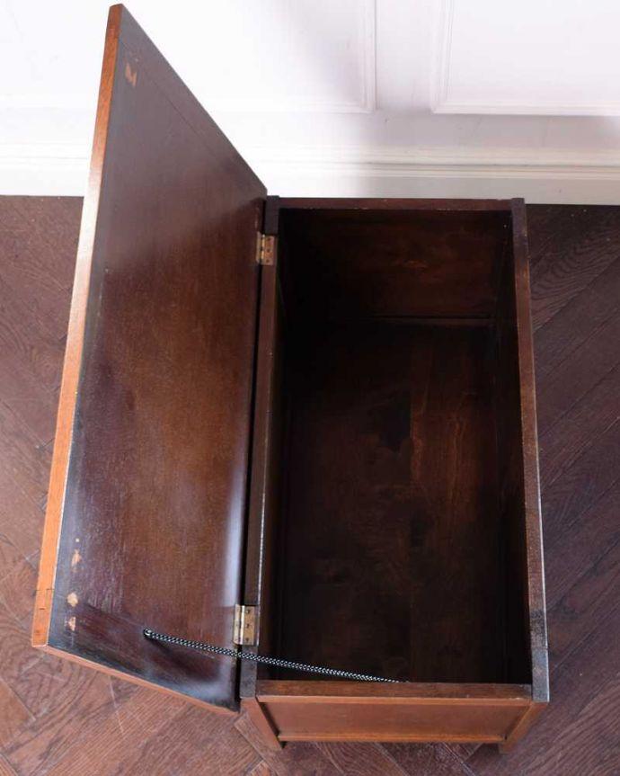 ブランケットボックス・収納ボックス アンティーク家具 ベンチやテーブルとしても使える小さなコファ、英国アンティーク家具。フタを開くと・・・本やクッション、ブランケットなど、リビングで散らかっているものをたっぷり収納できます。(j-2430-f)