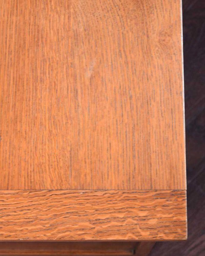 ブランケットボックス・収納ボックス アンティーク家具 ベンチやテーブルとしても使える小さなコファ、英国アンティーク家具。近くで見ると・・・テーブル代わりにも使えるコファ。(j-2430-f)