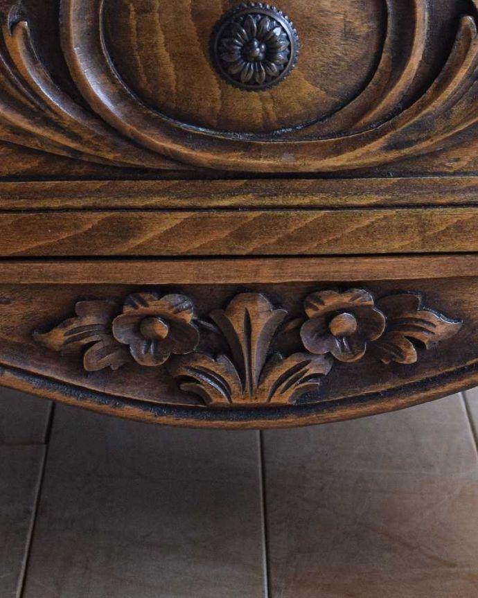アンティーク家具 彫りが美しいどこにでも置けるスリムな4段チェスト、フランスから届いたアンティーク家具。フランスらしい彫りフランスらしさの象徴とも言える、優雅な彫りの装飾。(j-2437-f)