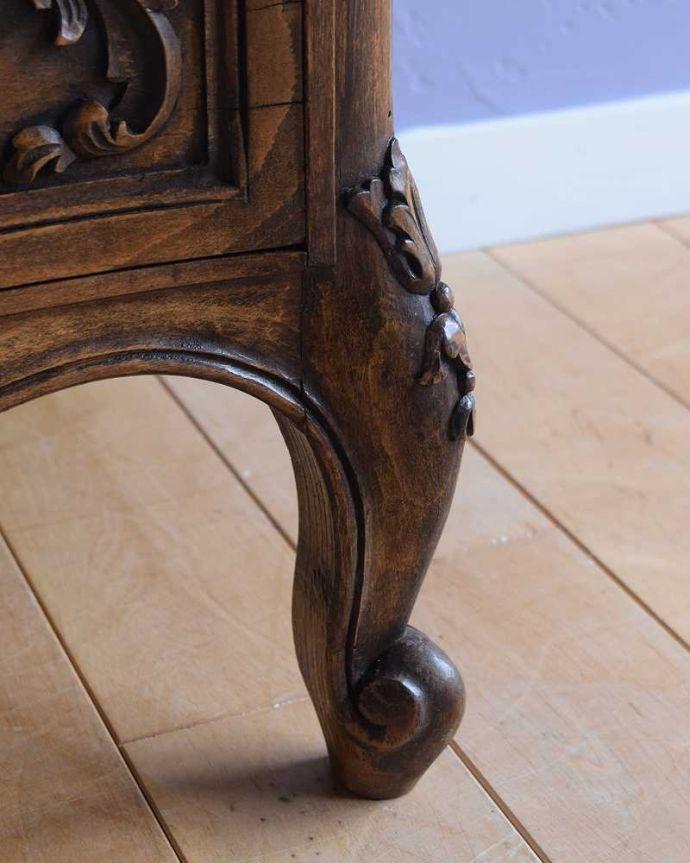 アンティーク家具 彫りが美しいどこにでも置けるスリムな4段チェスト、フランスから届いたアンティーク家具。女性1人でもラクラク運べますHandleのアンティークは、脚の裏にフェルトキーパーをお付けしています。(j-2437-f)