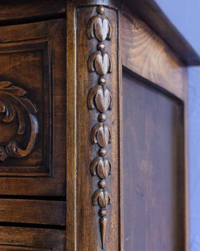 アンティーク家具 彫りが美しいどこにでも置けるスリムな4段チェスト、フランスから届いたアンティーク家具。惚れ惚れしちゃう美しさこんなに堅い無垢材に一体どうやって彫ったんだろう?と不思議になるくらい細かい彫にうっとりです。(j-2437-f)