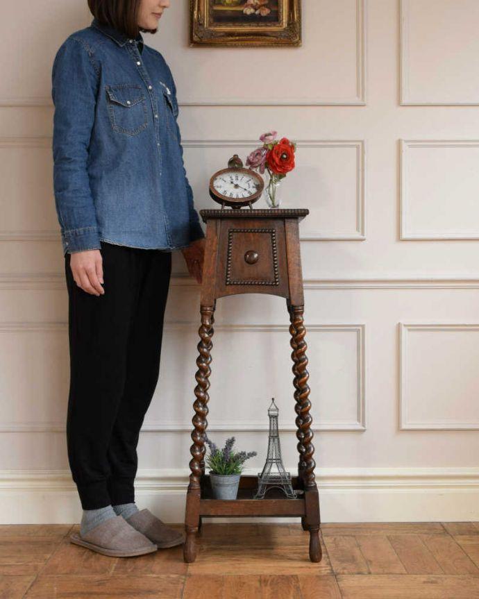 プランツスタンド・ケーキスタンド アンティーク家具 英国輸入の小さなアンティーク家具、長いツイスト脚が美しいプランツスタンド。スラッと背が高く美しいプランツスタンドアンティーク家具の中でもさらに贅沢なアンティーク。(j-2450-f)