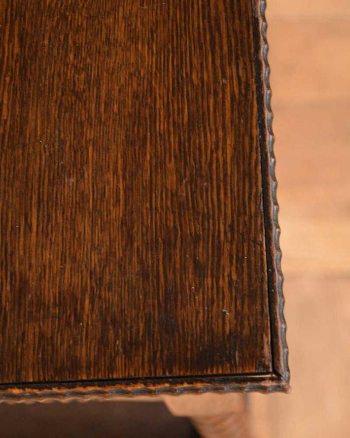 プランツスタンド・ケーキスタンド アンティーク家具 英国輸入の小さなアンティーク家具、長いツイスト脚が美しいプランツスタンド。近づいてみると…木目もキレイな天板。(j-2450-f)
