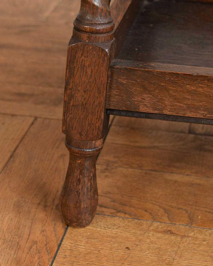 プランツスタンド・ケーキスタンド アンティーク家具 英国輸入の小さなアンティーク家具、長いツイスト脚が美しいプランツスタンド。持ち上げなくても移動できますHandleのアンティーク家具の脚の裏にはフェルトキーパーをお付けしているので、床を滑らせてラクに移動できます。(j-2450-f)